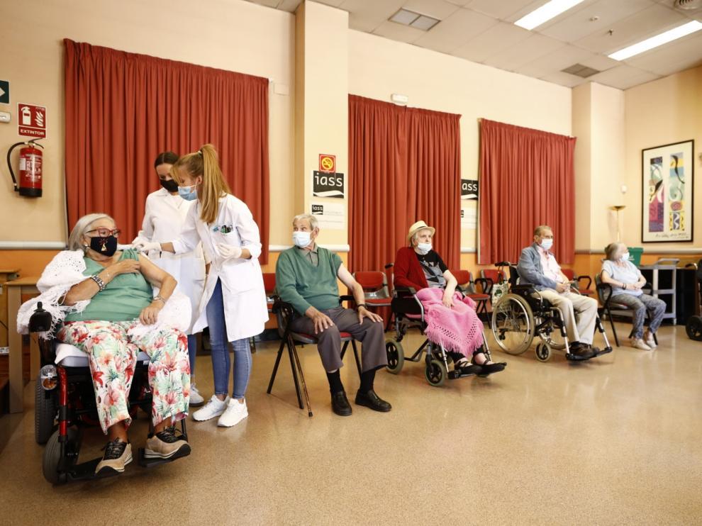 Los usuarios de la residencia Romareda reciben la tercera dosis de la vacuna contra la covid