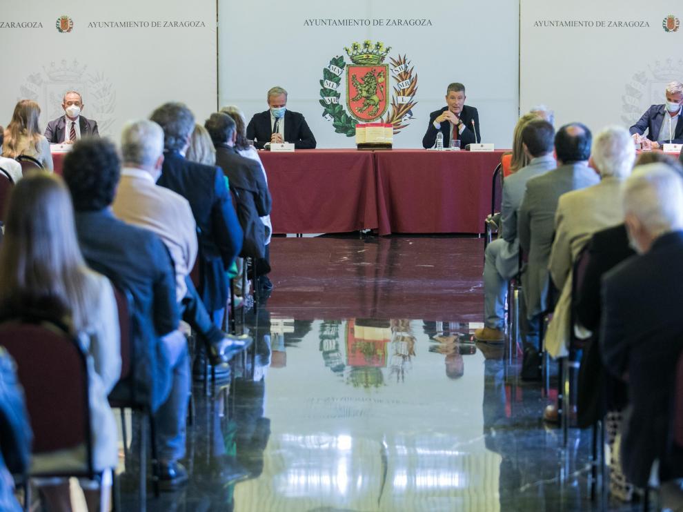 La presentación del libro de José María Gimeno Feliu llenó la sala de recepción del Ayuntamiento.