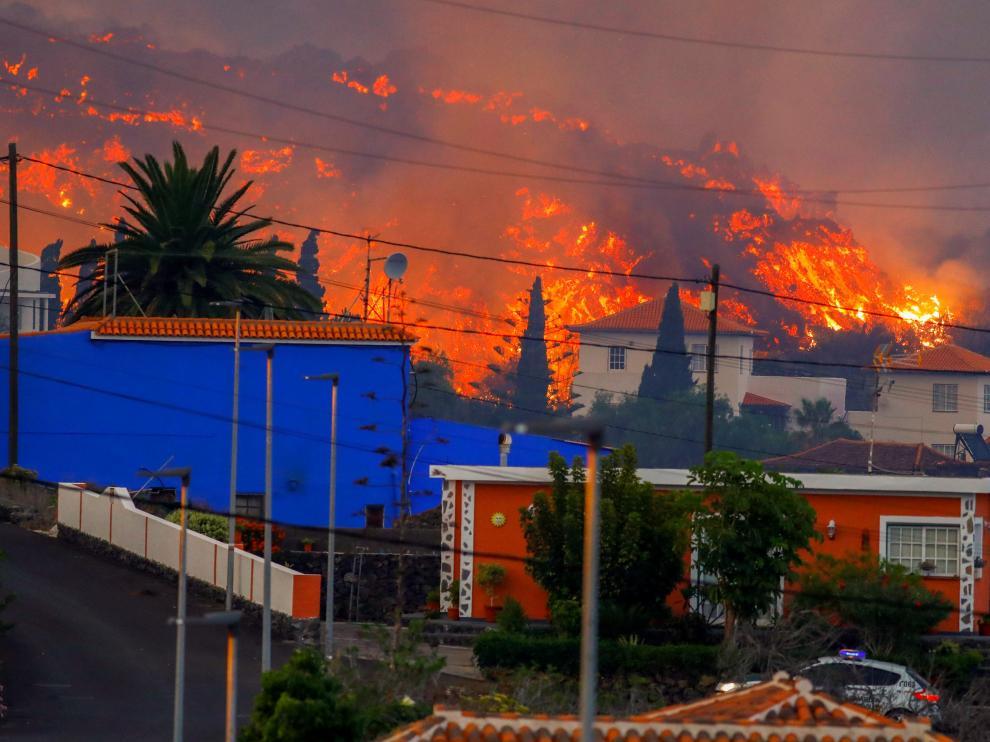Lava detrás de varias casas en La Palma