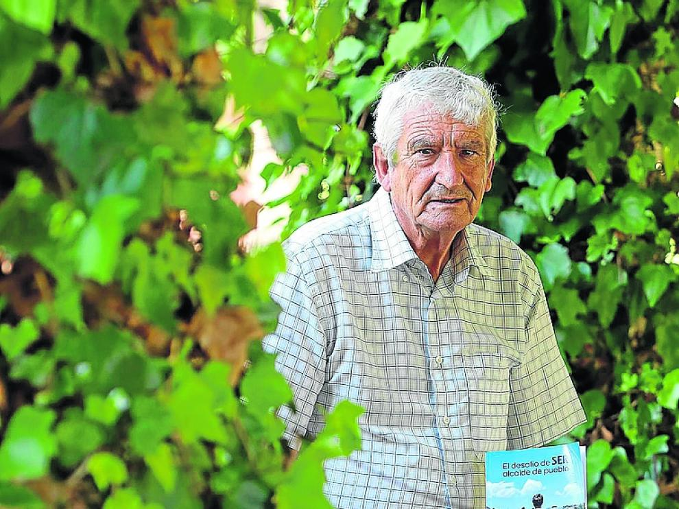 Víctor Sanz, con el libro donde cuenta su experiencia de alcalde