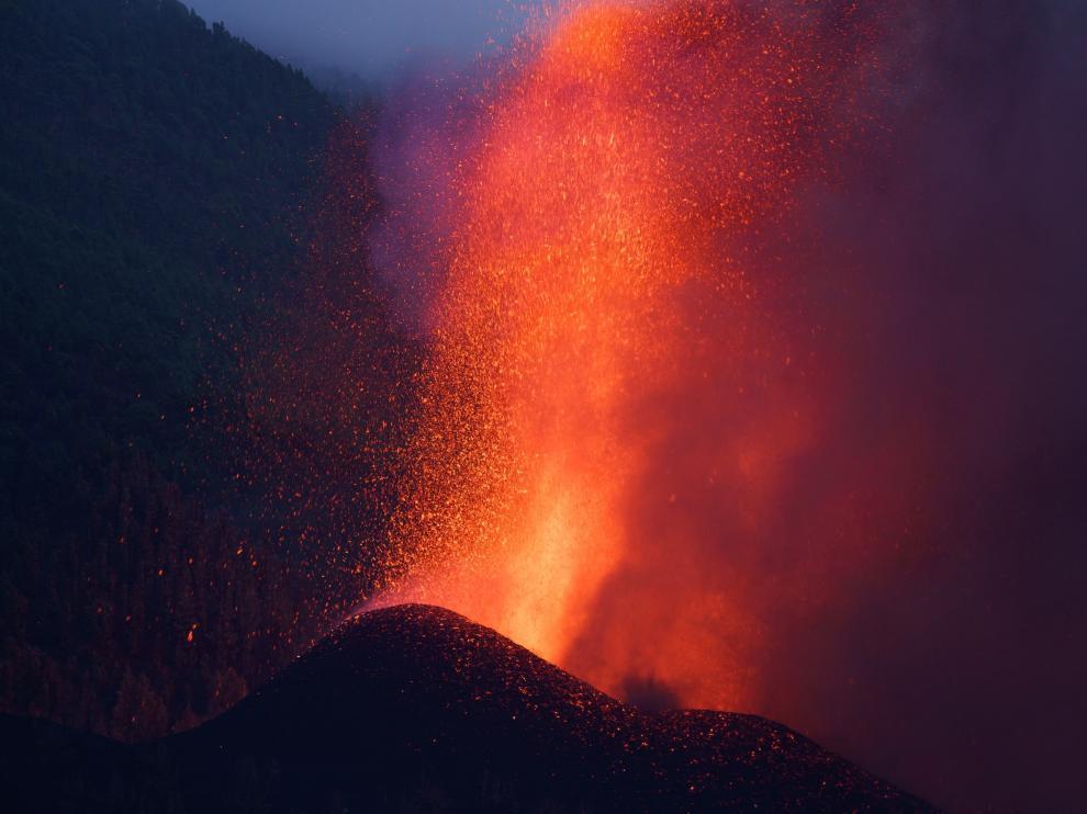 El nuevo volcán de La Palma afronta su segunda noche