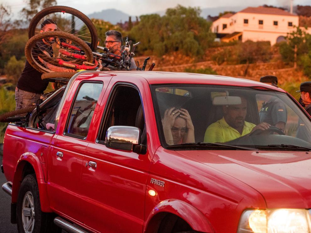 Vecinos de La Palma huyendo de la lava del volcán