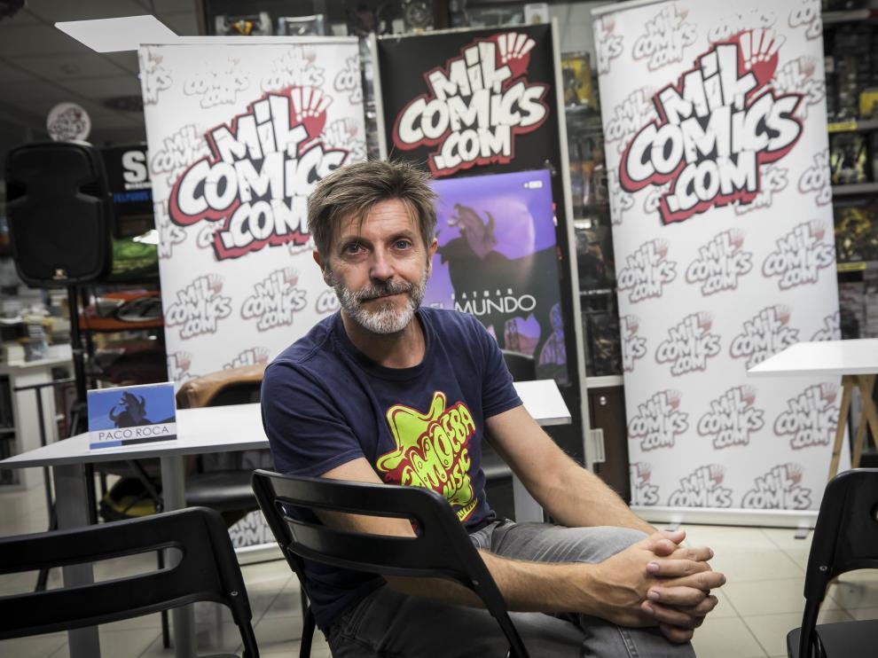 El historietista Paco Roca, ayer, en la librería Milcómics de Zaragoza