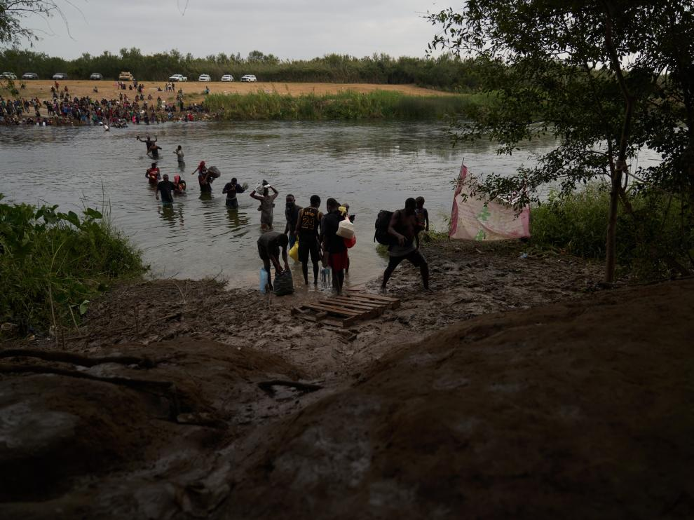 Ciudad Acuna (Mexico), 21/09/2021.- Migrants, many of them Haitian, cross the Rio Grande river back and forth from the United States and Mexico, to camp after a lack of supplies are given to them in the USA in Ciudad Acuna, Mexico, 21 September 2021. According to reports more than 14,000 people have crossed the Rio Grande river from Mexico creating a humanitarian crisis. The Biden administration has started to fly the migrants back to Haiti according to federal officials. (Estados Unidos) EFE/EPA/ALLISON DINNER  MEXICO USA MIGRATION