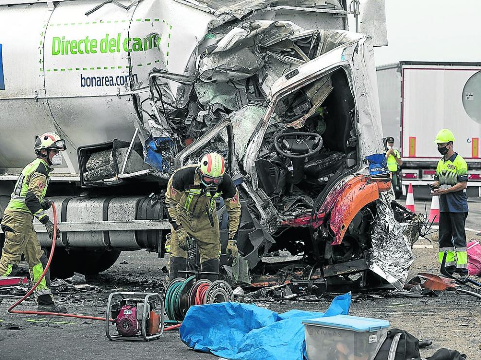 La cabina del camión cisterna implicado en la colisión quedó totalmente deformada.