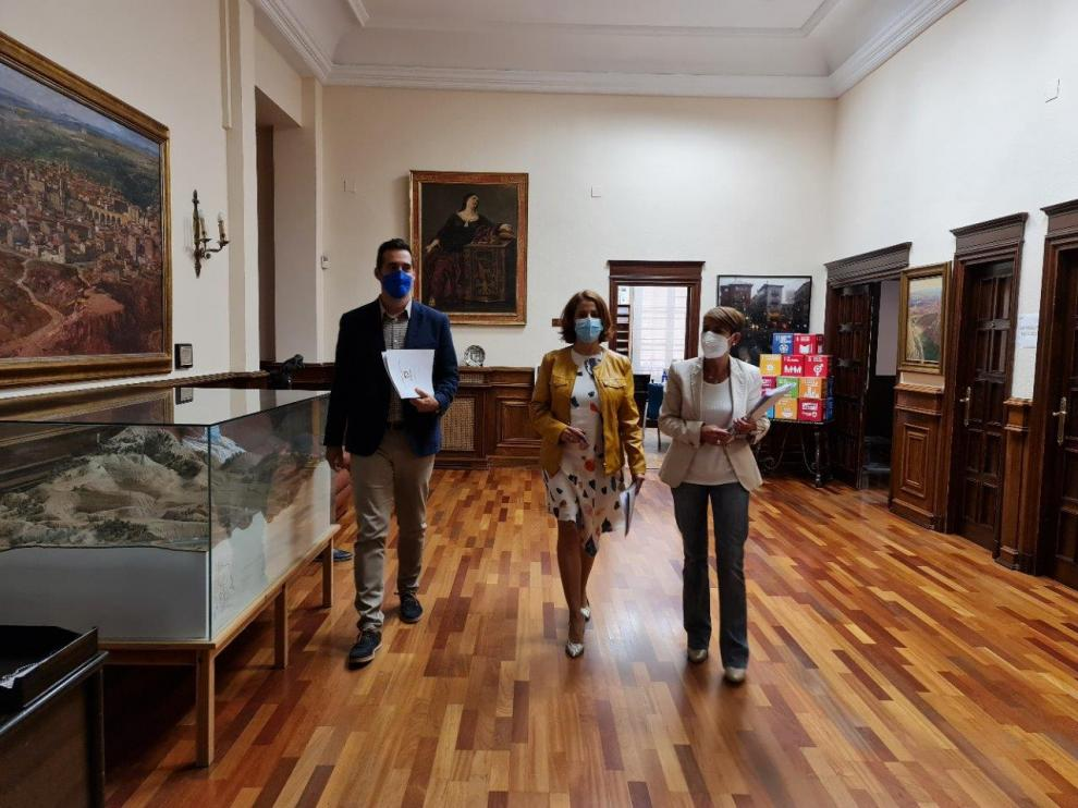 Ramón Fuentes, Emma Buj y Rocío Féliz se disponen a informar sobre la revisión de ordenanzas.