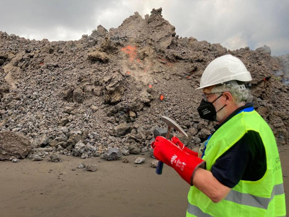 El geólogo Eumenio Ancochea tomando muestras del frente de la colada de lava del volcán de Cumbre Vieja en La Palma.