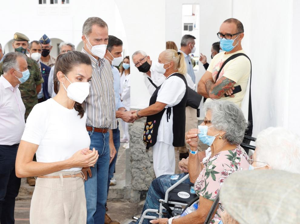 Los Reyes visitan a las personas evacuadas de sus viviendas en La Palma