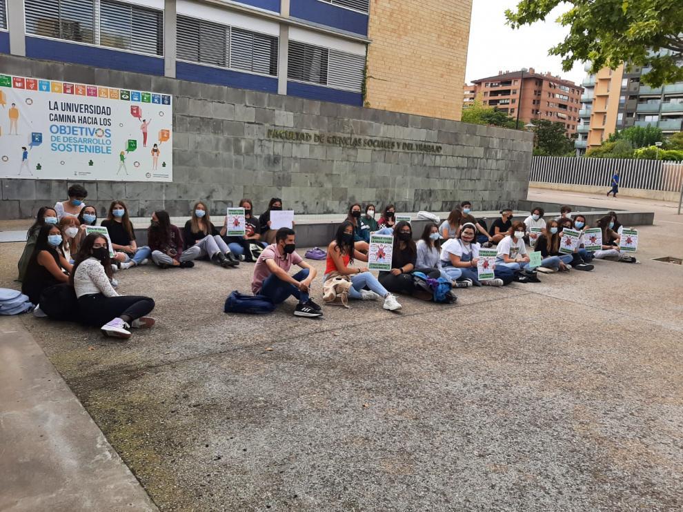 Sentada protagonizada este jueves por alumnos de la carrera de Trabajo Social de la Universidad de Zaragoza.