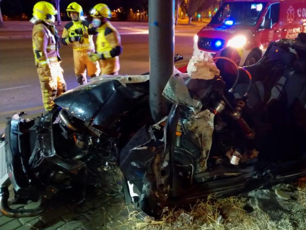 El violento choque contra la farola deformó por completo el vehículo.