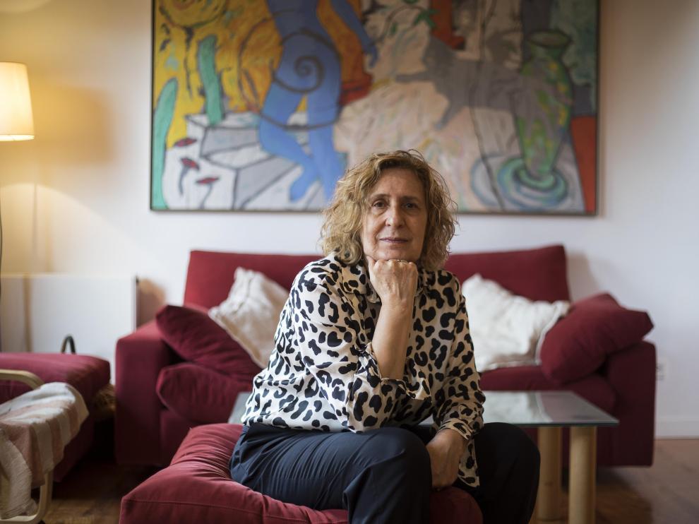Antonia Puyó, con una obra de Paco Simón al fondo.