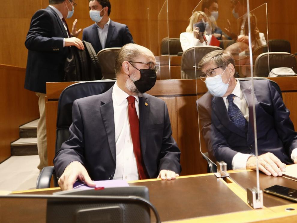 Arturo Aliaga (a la derecha) hablando con Javier Lambán en las Cortes