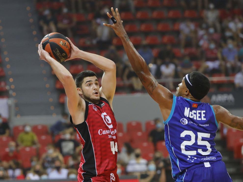 Mc Gee extrema su defensa sobre la línea de pase que intenta Javi García.