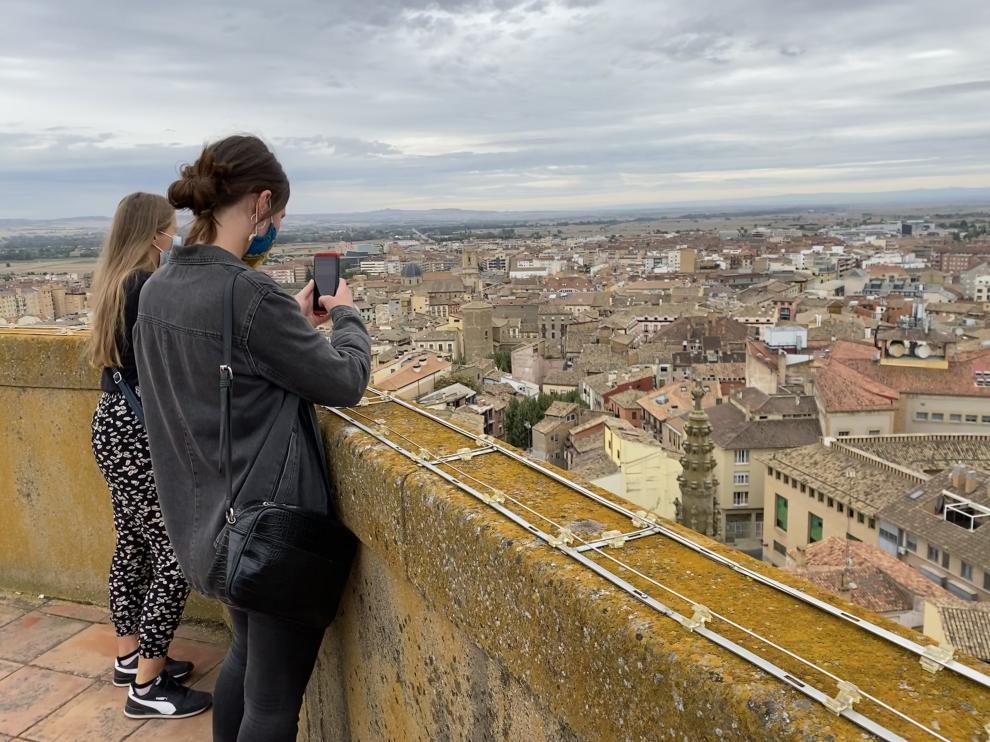 Dos estudiantes Erasmus en la torre campanario de la Catedral de Huesca.