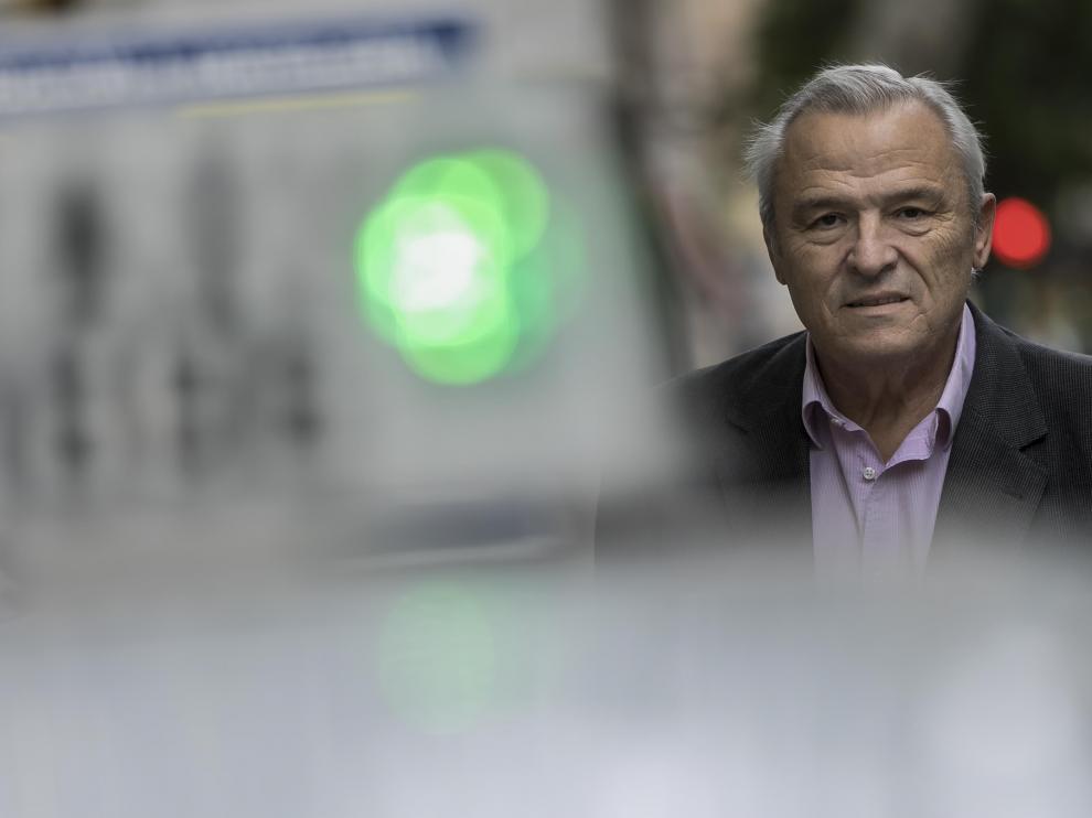 Jesús Gayán, tras la luz verde de un taxi zaragozano.