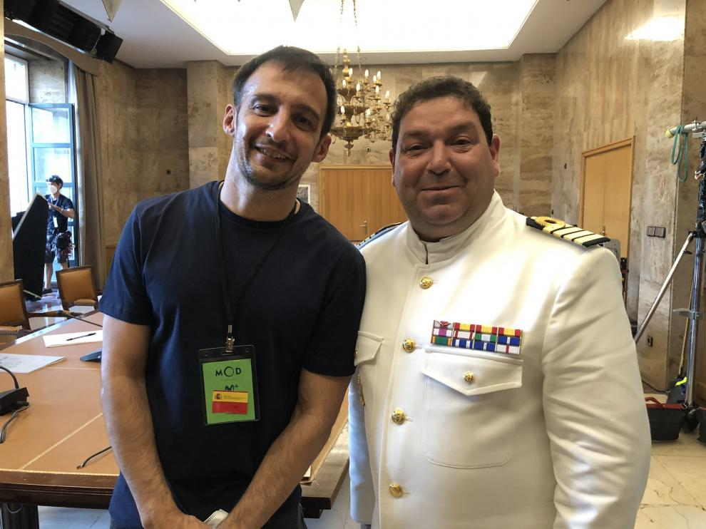 Jorge Asín (derecha), como comandante de la Marina, junto a Alejandro Amenábar en el rodaje de 'La fortuna'.