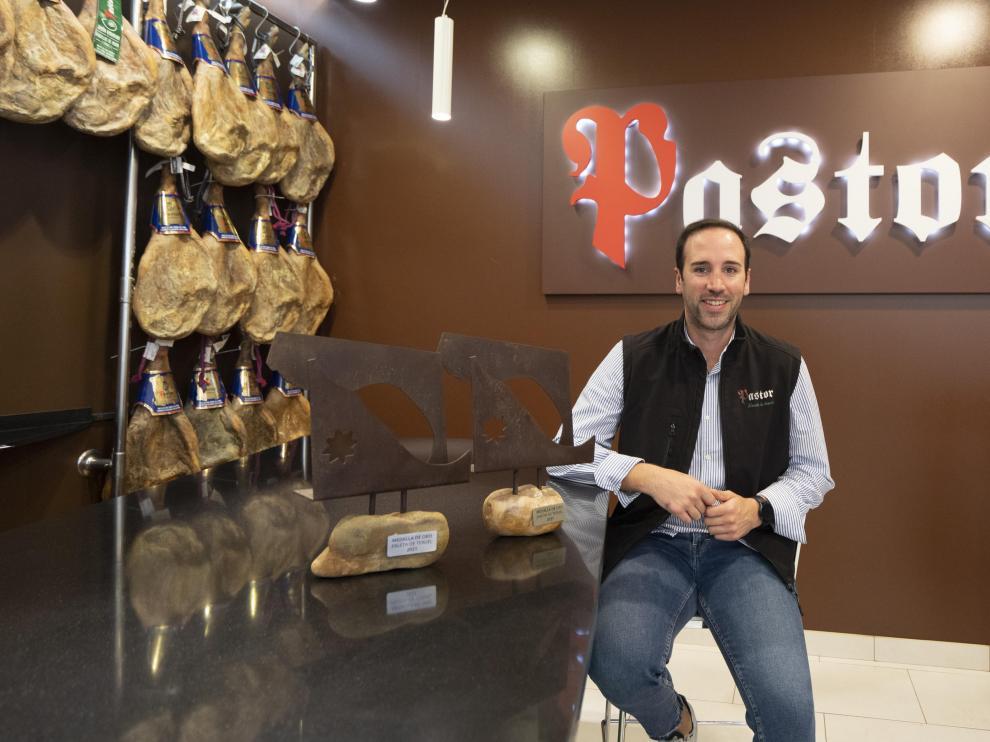 Juan José Pastor, junto a los galardones conseguidos en la Feria del Jamón de Teruel.