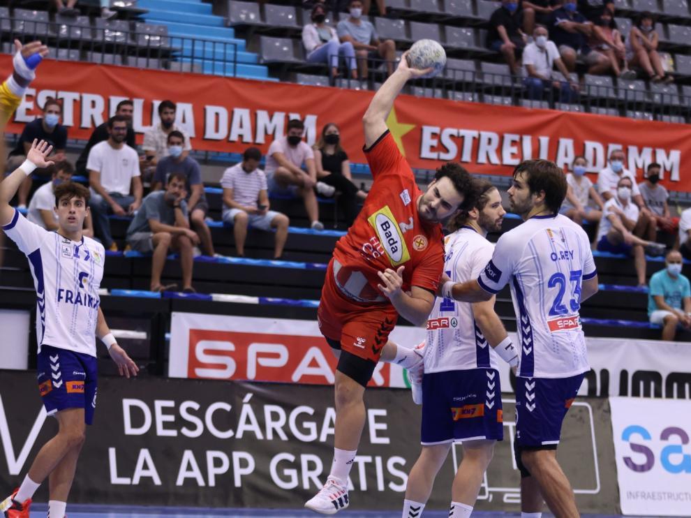 Montoya, pivote del Bada Huesca, realiza un lanzamiento en el duelo con el Granollers.