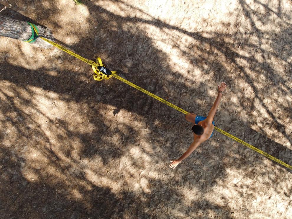 Para empezar a hacer 'slackline' se ha de colocar una cinta de al menos cinco centímetros y 15 metros de largo a 1,10 metros del suelo entre dos árboles.