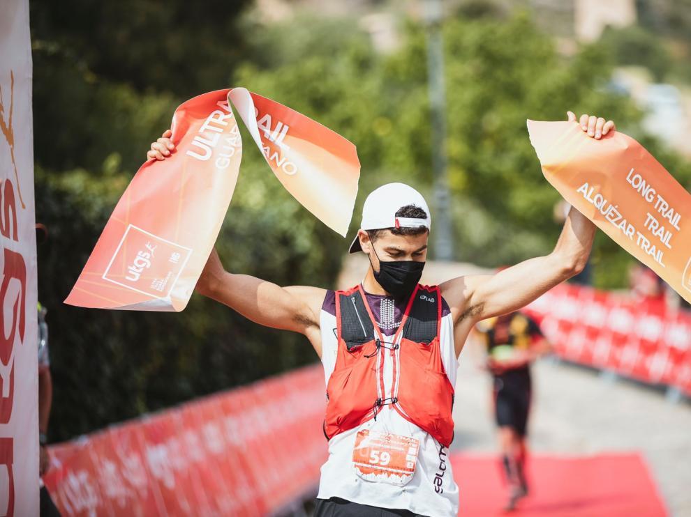 Alejandro Mayor celebra su triunfo en la Ultra Trail Guara Somontano.
