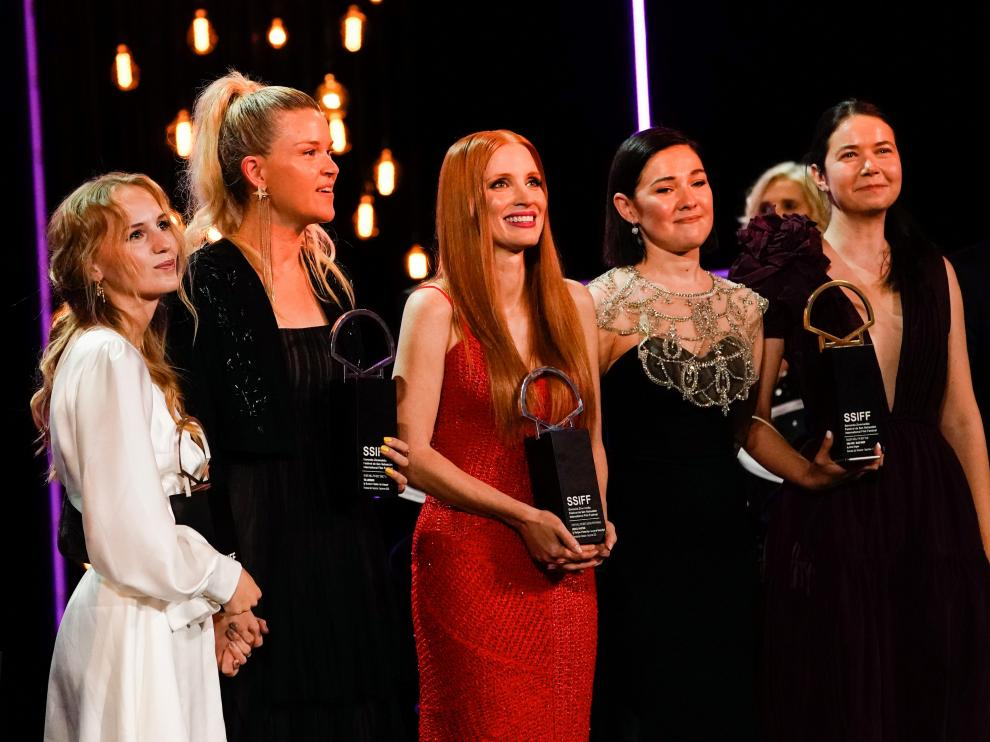 Flora Ofelia, Jessica Chastain y Alina Grigore con sus respectivos premios