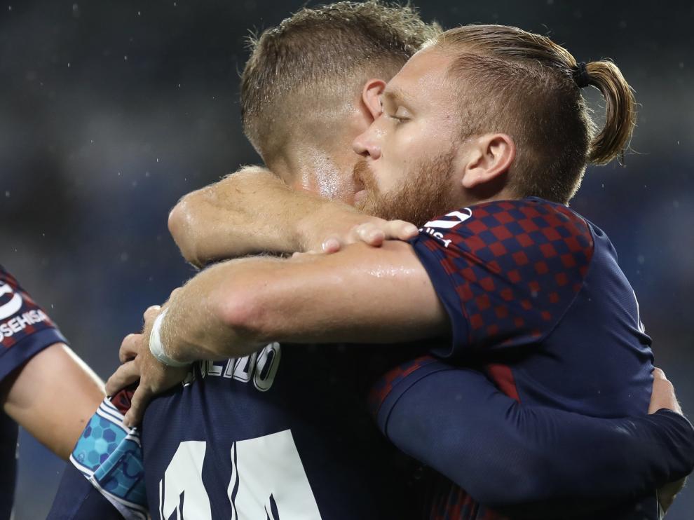 Isidro Pitta se abraza a Pulido en la celebración de uno de sus goles ante la Real B.