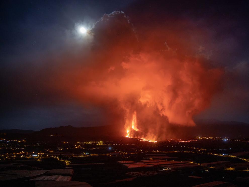 La nueva colada de lava del volcán de Cumbre Vieja (La Palma) discurre por encima de la que salió en los últimos días, siendo más fluida y más rápida que las primeras coladas de la erupción.