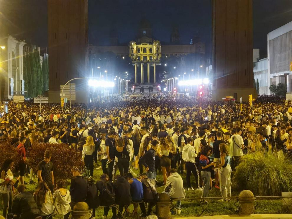 Miles de jóvenes en un macrobotellón en Barcelona