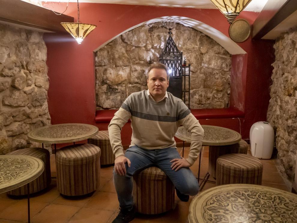 Roche Murciano, en la cripta de la iglesia medieval, ahora convertida en un salón de té.