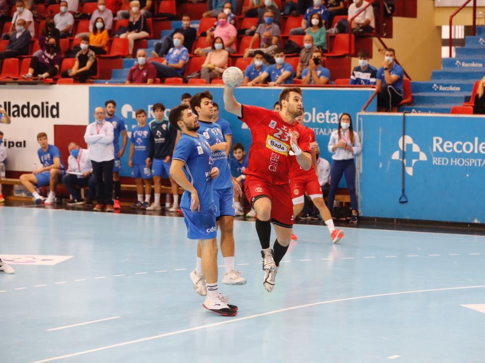 Rodrigo Benites, del Bada Huesca, realiza un lanzamiento ante el Atlético Valladolid.
