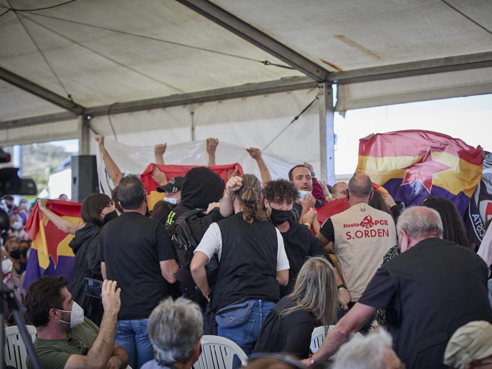 Varias personas protestan al inicio del discurso del exvicepresidente en un acto del PCE, este sábado en Madrid.
