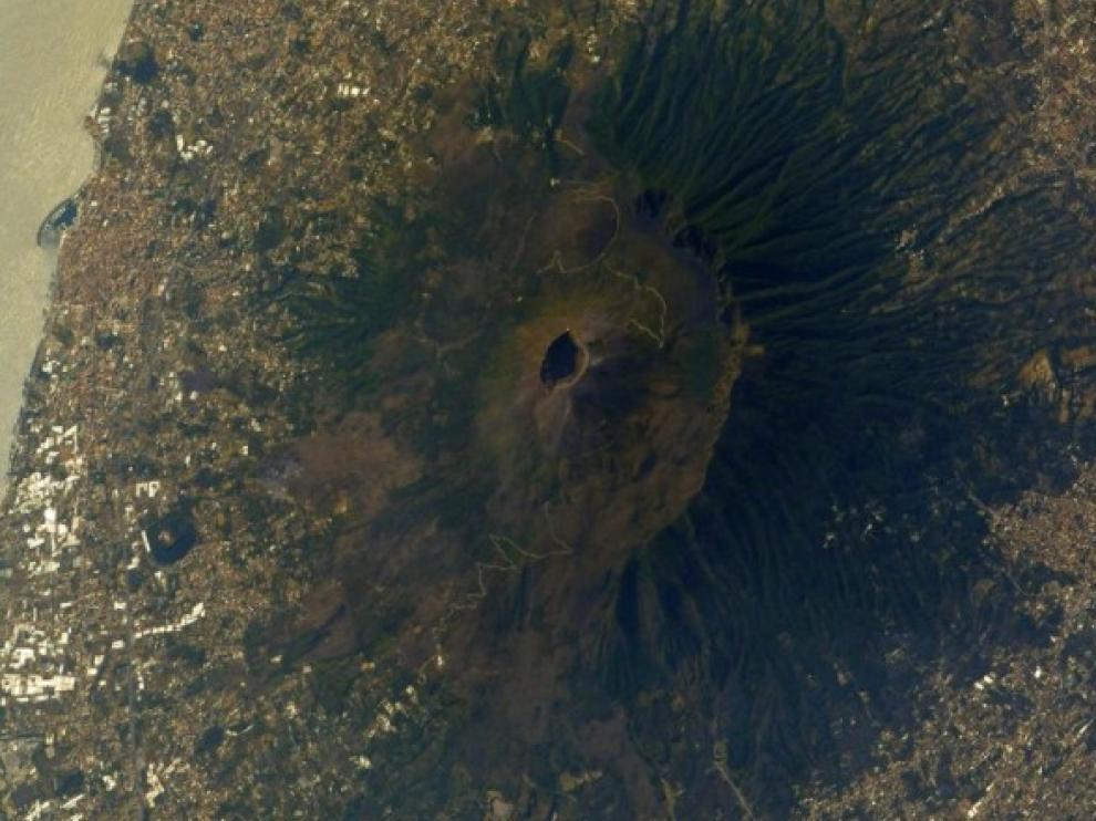 El Vesubio, desde el espacio. A la izquierda, Nápoles y el Mediterráneo.