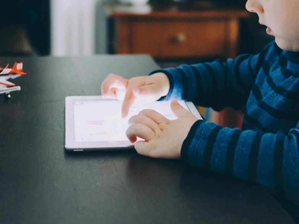 Imagen de recurso de un niño con una tableta
