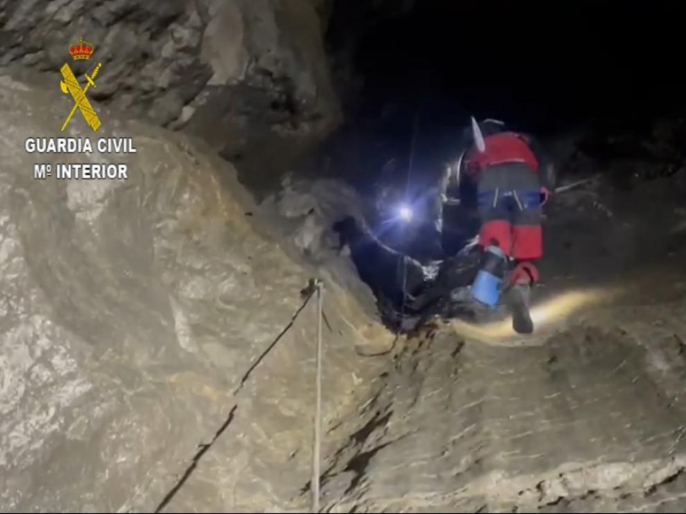 Momento del rescate del espeleólogo zaragozano en una cueva de Villanúa.
