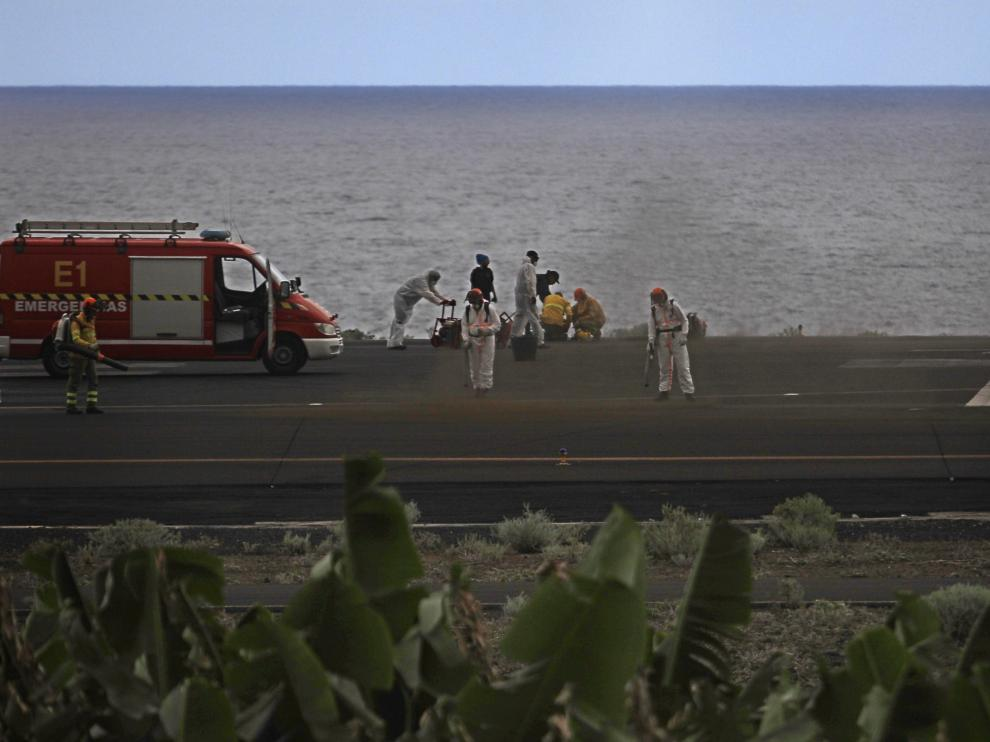 Operarios limpian de cenizas una pista del aeropuerto de La Palma,