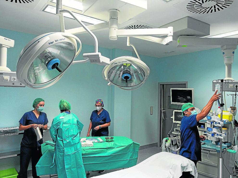 Personal sanitario prepara un quirófano para una intervención en Quirónsalud, en Zaragoza