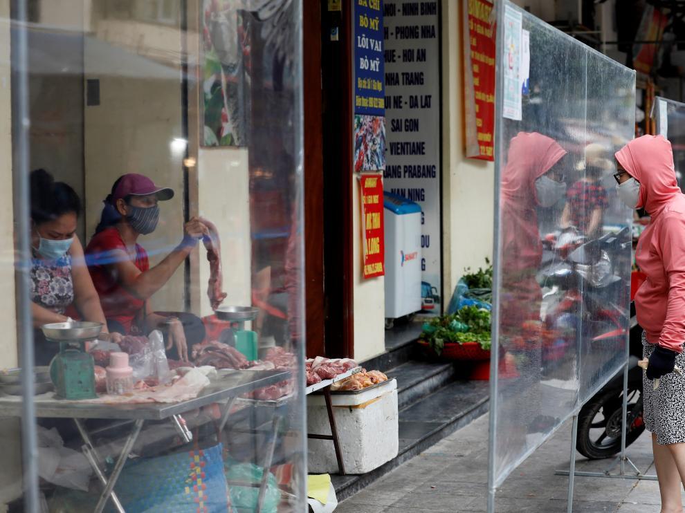 Una mujer, de compras en un mercado de Hanoi en Vietnam VIETNAM PANDEMIC CORONAVIRUS COVID19