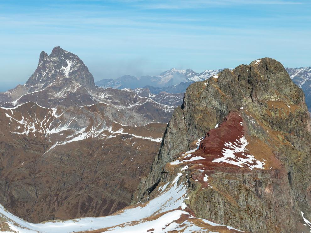 El pico de Anayet, resto de un pitón volcánico. Al fondo el Midi d'Ossau, parte de una caldera volcánica
