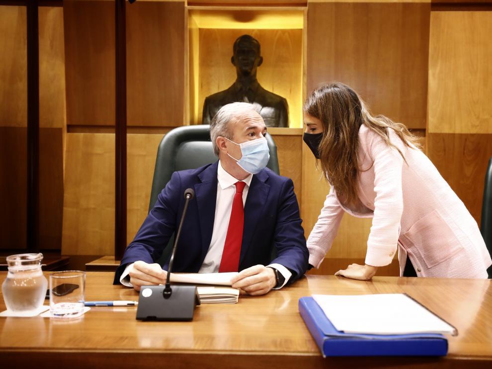 Azcón conversa con Navarro en el pleno de este lunes.