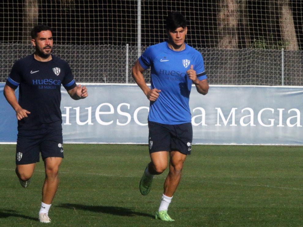 Cristian Salvador, junto al readaptador Jorge Carracedo, durante el entrenamiento de este lunes.