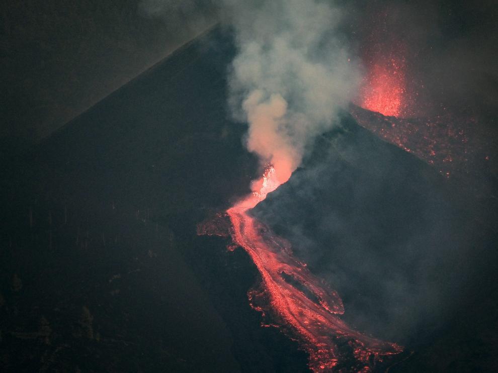 La lava bajando por la ladera del volcán Cumbre Vieja este viernes por la tarde