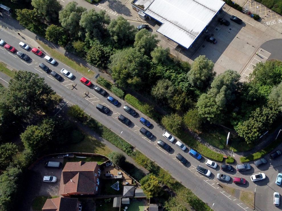 Largas filas en el Reino Unidos para comprar gasolina.