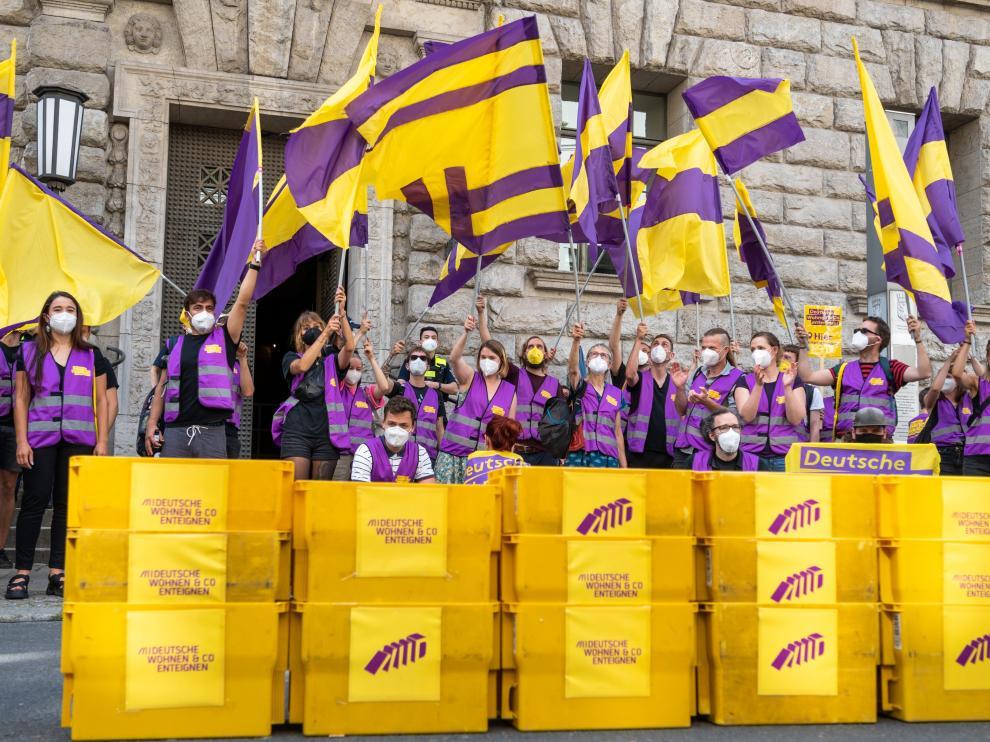 Partidarios de la iniciativa de expropiar a las inmobiliarias celebran la victoria en el referéndum.