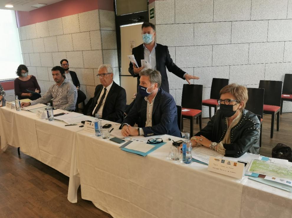Un momento de la asamblea celebrada en Jaca con la presencia del consejero Soro.