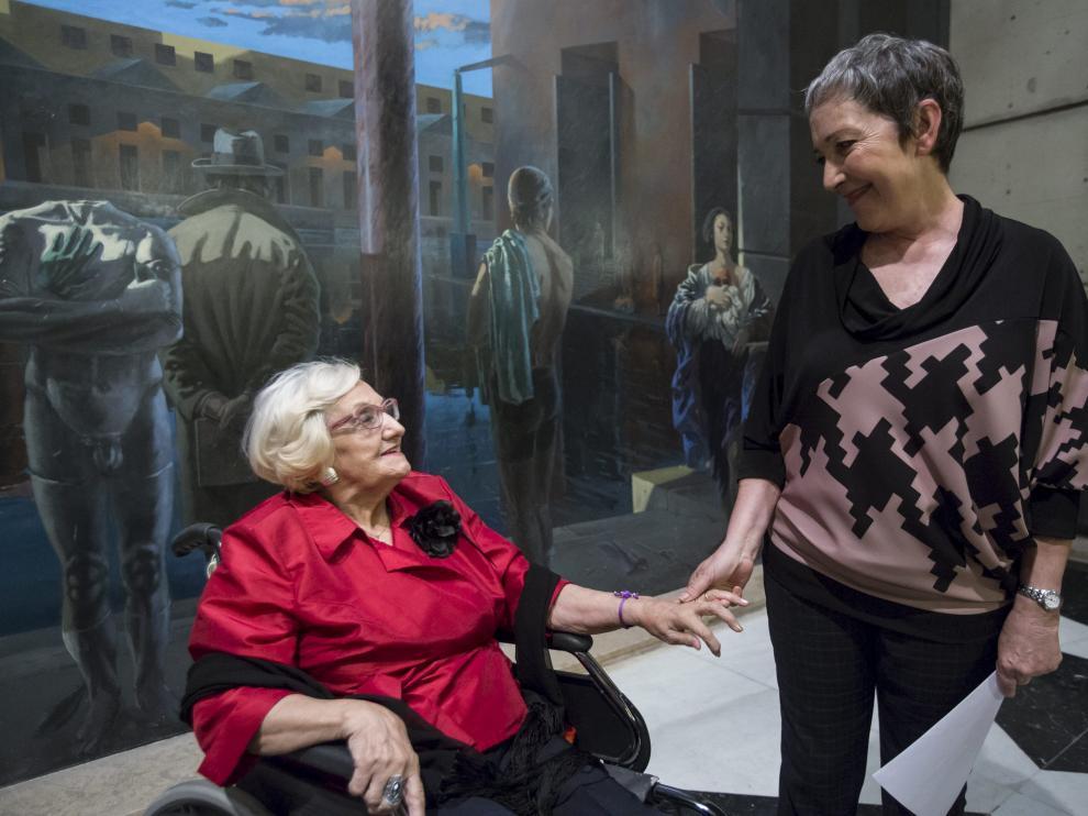 Pilar Doce, en el vestíbulo interior del Principal, con María José Moreno.