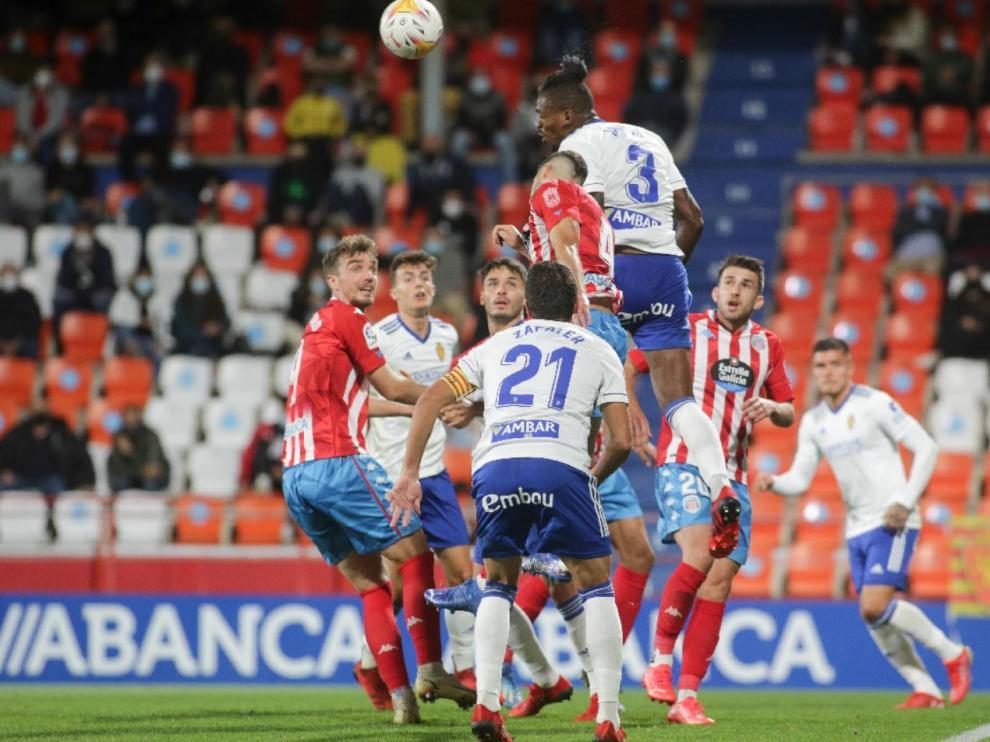 Jair, Zapater, Francés, Narváez... en una jugada defensiva del Real Zaragoza en Lugo.