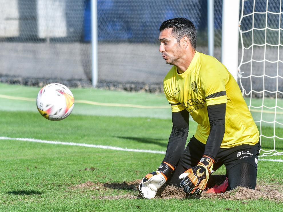 Andrés Fernández realiza una parada durante el entrenamiento de este martes.
