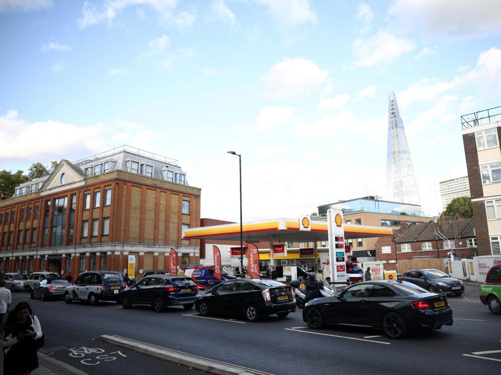 Colas de coches en una gasolinera en Londres