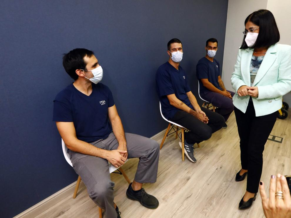 Darias saluda a algunos trabajadores de Stellantis que recibieron este martes la vacuna