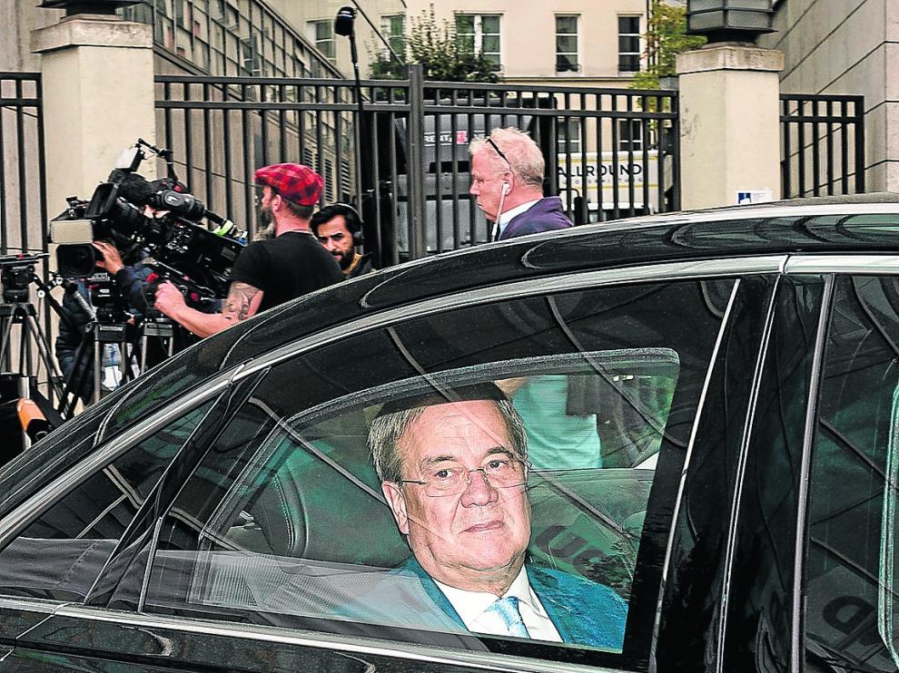 El aspirante conservador, Armin Laschet, se marcha tras ofrecer ayer una rueda de prensa.